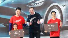Elon Musk recibe a los primeros compradores de Tesla fabricados en China