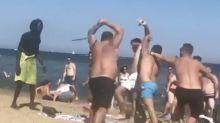 Dos grupos de turistas se pelean, con palos incluidos, en mitad de una playa de Barcelona