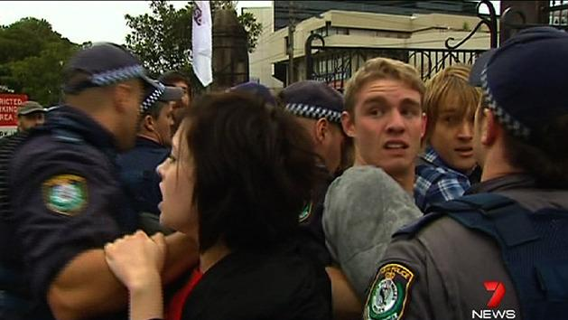 Police struggle with uni protesters