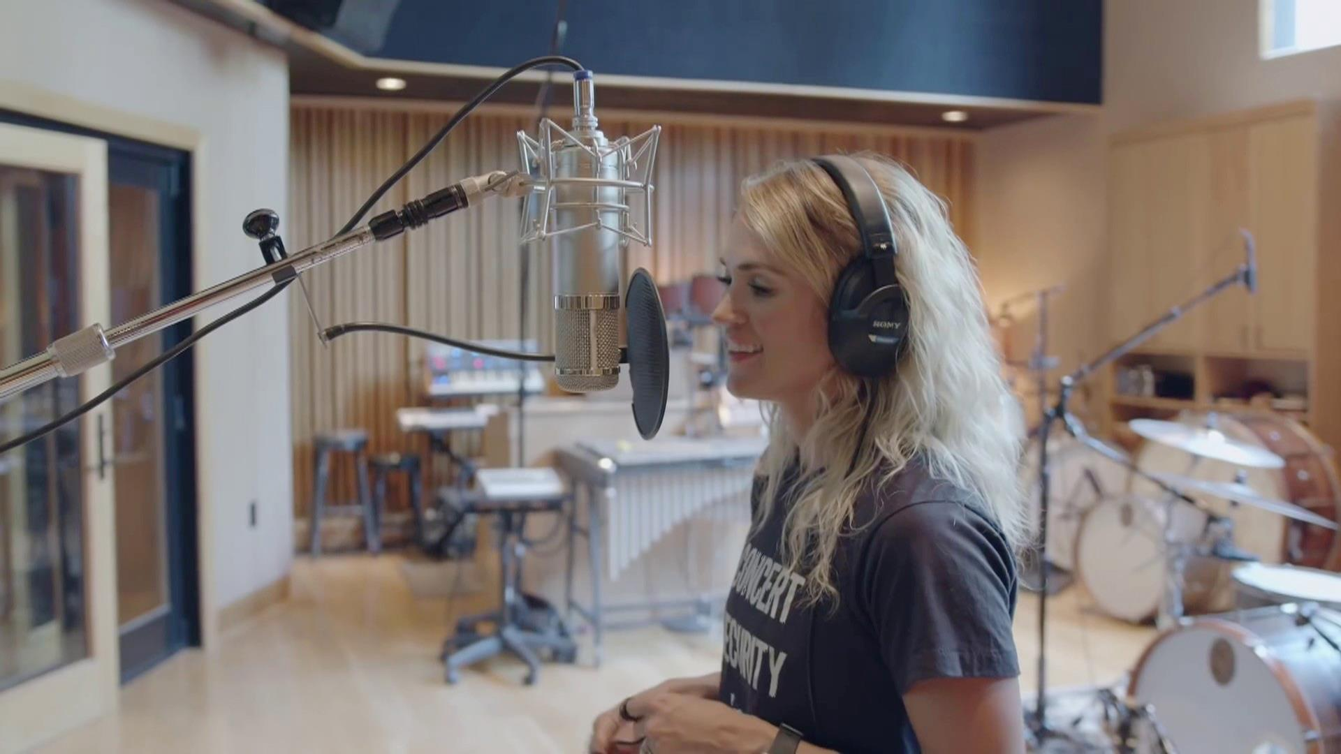Carrie Underwood announces her first Christmas album: See the cover Video