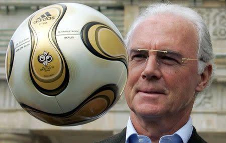 El ex futbolista Franz Beckenbauer jugando con un balón la puerta de Brandeburgo en Berlín