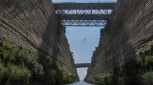 Kreuzfahrtschiff zwängt sich durch den Kanal von Korinth