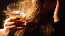Las mujeres están bebiendo tanto o más que los hombres