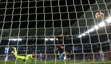 El Barça vence al Espanyol cpon goles de Suárez y Rakitic y sigue liderando la liga