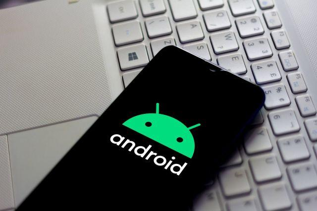 BRAZIL - 2020/02/17: In this photo illustration the Android logo seen displayed on a smartphone. (Photo Illustration by Rafael Henrique/SOPA Images/LightRocket via Getty Images)