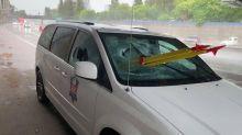 Veterano queda empalado en un auto por trípode lanzado desde un puente peatonal