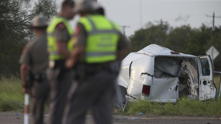 10 dead as van carrying migrants crashes in Texas