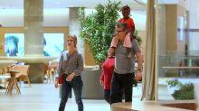 Pai de Giovanna Ewbank leva Titi nos ombros durante passeio em shopping carioca