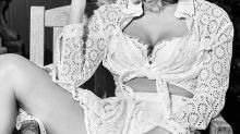 Alucinante nos parece la verdadera melena de Jennifer Lopez, pues su pelo rizado con flequillo abierto es una fantasía (y ya no lo esconde)