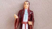 Abuelita confunde estatuilla de 'El Señor de los Anillos' con San Antonio, ¡y le reza a diario!