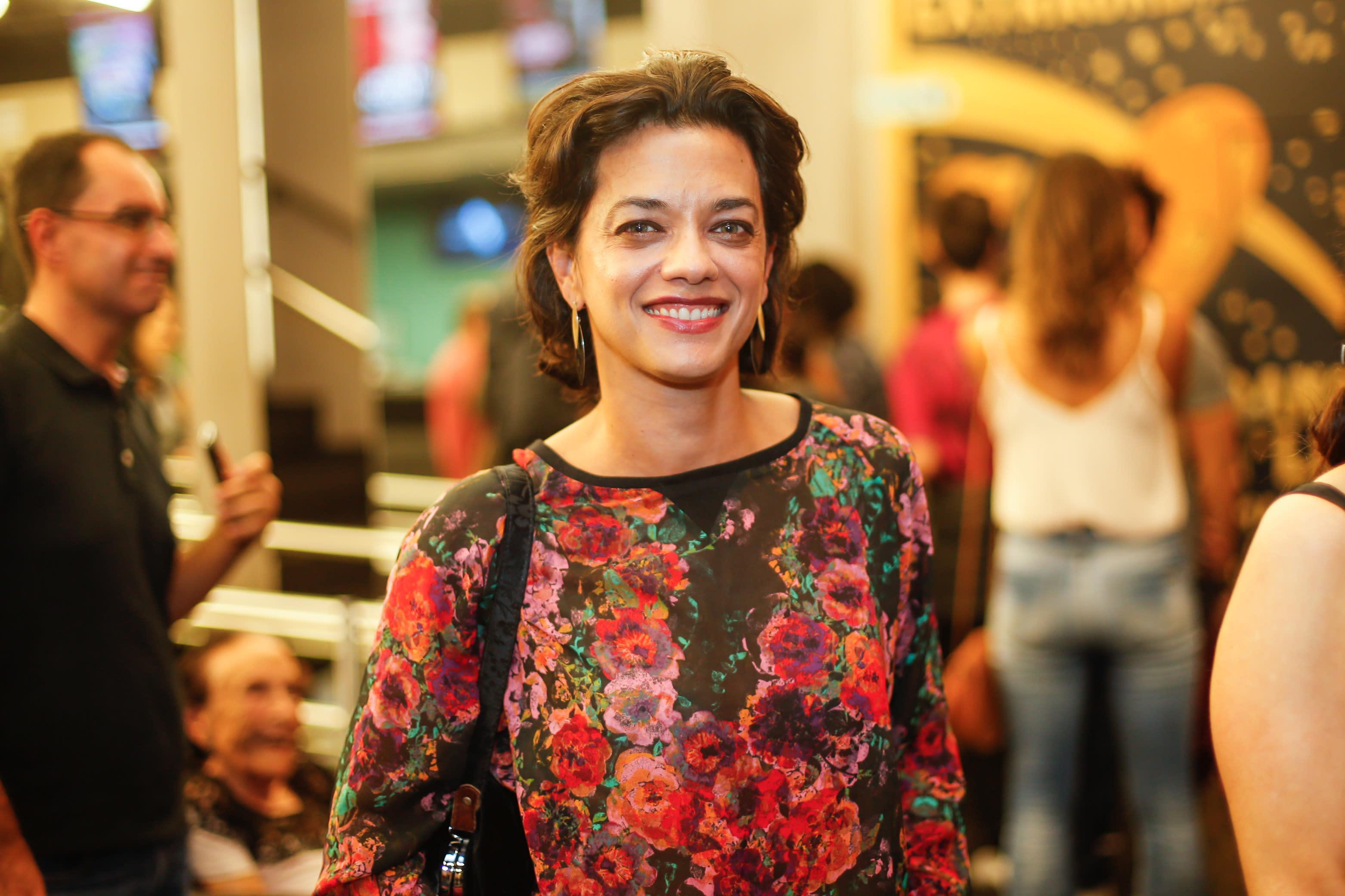 Ana Cecília Costa Atriz com bombas e naufrágio, novela 'Órfãos da terra' será uma
