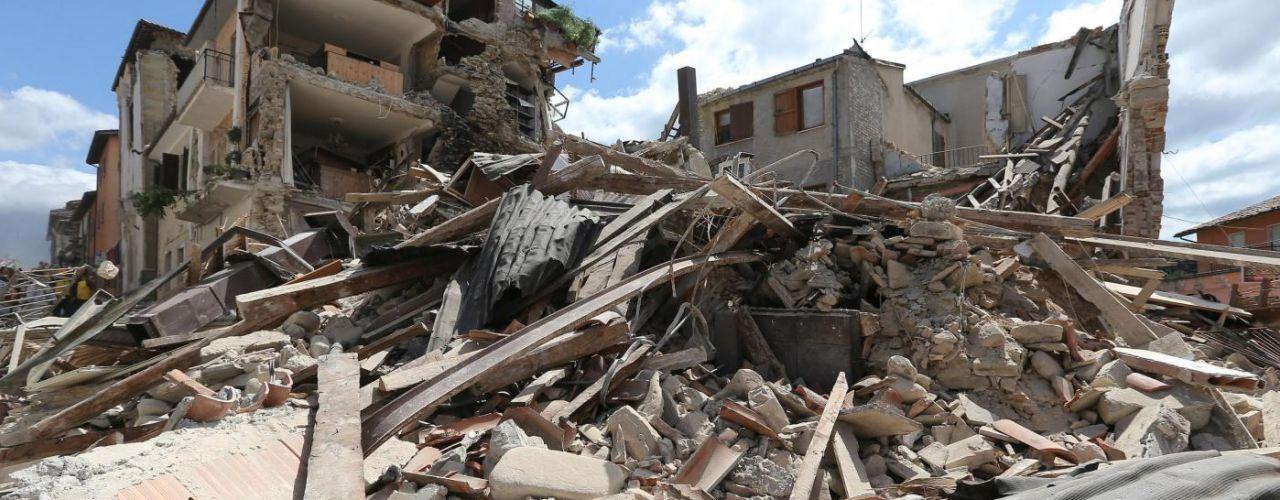 Centro Italia devastato dal terremoto, il bilancio delle vittime continua a crescere: almeno 247, tra loro tanti bambini VIDEO/FOTO
