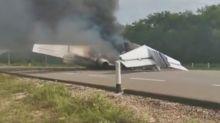 Avión del narcotráfico aterriza y se incendia en una carretera en México