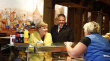 Hochzeitsgrüße und Selfies: Die bürgernahe Kanzlerin Merkel