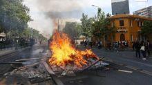 Tres muertos en el incendio de un supermercado durante los disturbios en Santiago