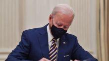 Biden firma dos órdenes ejecutivas para ayudar a los estadounidenses durante la pandemia del COVID-19