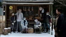 Japanerin bevölkert ihr verlassenes Dorf mit Stoffpuppen