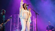 Grávida aos 44, Alanis Morissette arrasa em show nos EUA
