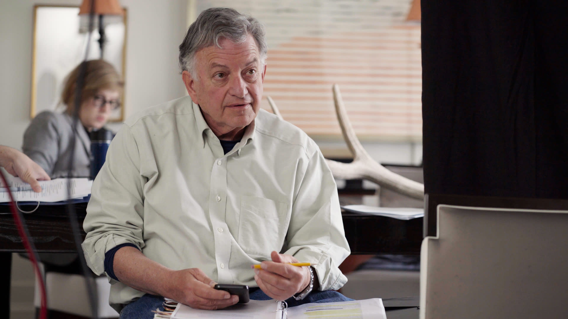 """This image released by HBO shows Lowell Bergman in a scene from the documentary """"Agents of Chaos."""" (HBO via AP)"""