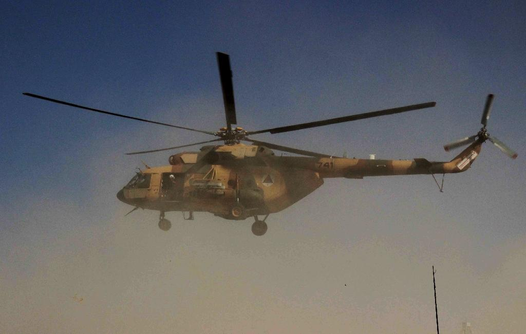 An Afghan helicopter carrying security personnel arrives at the scene of an operation against Taliban insurgents in Kunduz on September 30, 2015 (AFP Photo/Nasir Waqif)