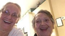 """Una madre se reúne con su hija tras llevar separadas 69 años: """"Es un milagro de la Navidad"""""""