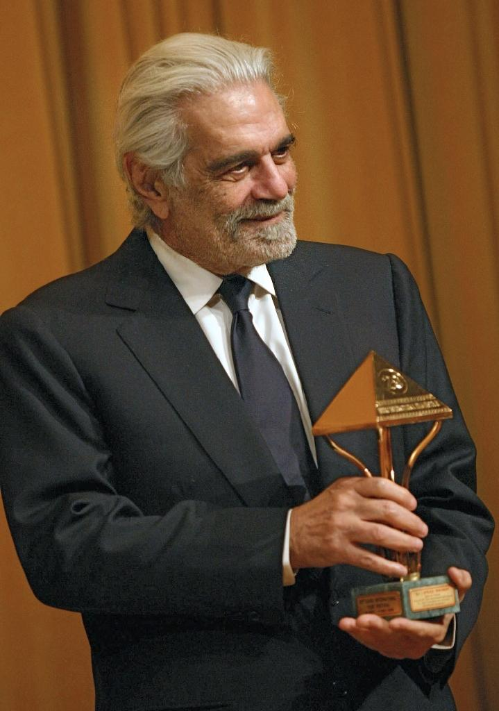 Omar Sharif receives an honourary award at the Cairo international film festival on November 30, 2005 (AFP Photo/Amro Maraghi)