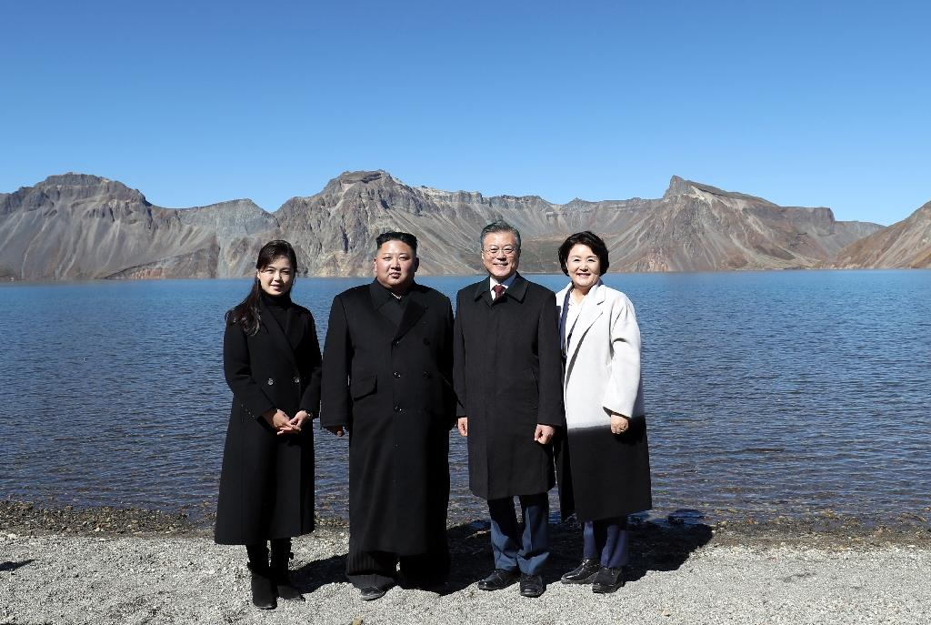 North Korean leader Kim Jong Un and South Korean President Moon Jae-in visited Mount Paektu on the Chinese border, accompanied by their wives (AFP Photo/-)