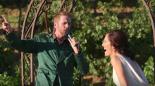 Ein Bräutigam überrascht seine Gäste mit einem Ehegelübde-Rap, aber der wahre Schocker ist die Antwort der Braut
