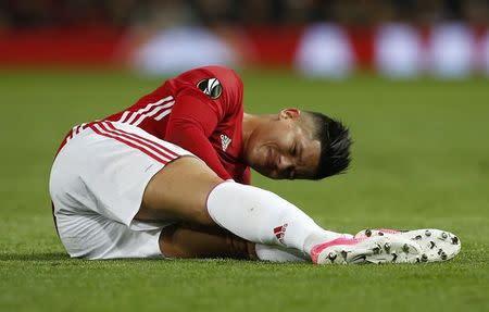 En la imagen, el defensor del Manchester United Marcos Rojo tras sufrir una lesión esta semana en el partido ante el Anderlecht por la Liga Europa