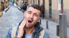Dores de cabeça, pescoço e rosto podem ser culpa do bruxismo de vigília, que atinge 80% dos brasileiros