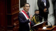 Un alcalde harto del presidente en Perú le manda una carta con su sangre: sube un vídeo esparciéndola por sus manos para sellarla