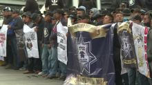 Policías bloquean en protesta el acceso a principal aeropuerto de México