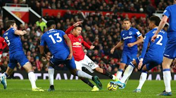 Manchester United settles for draw with Everton