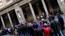 Fanno la pipì davanti agli Uffizi: fino a 10mila euro di multa