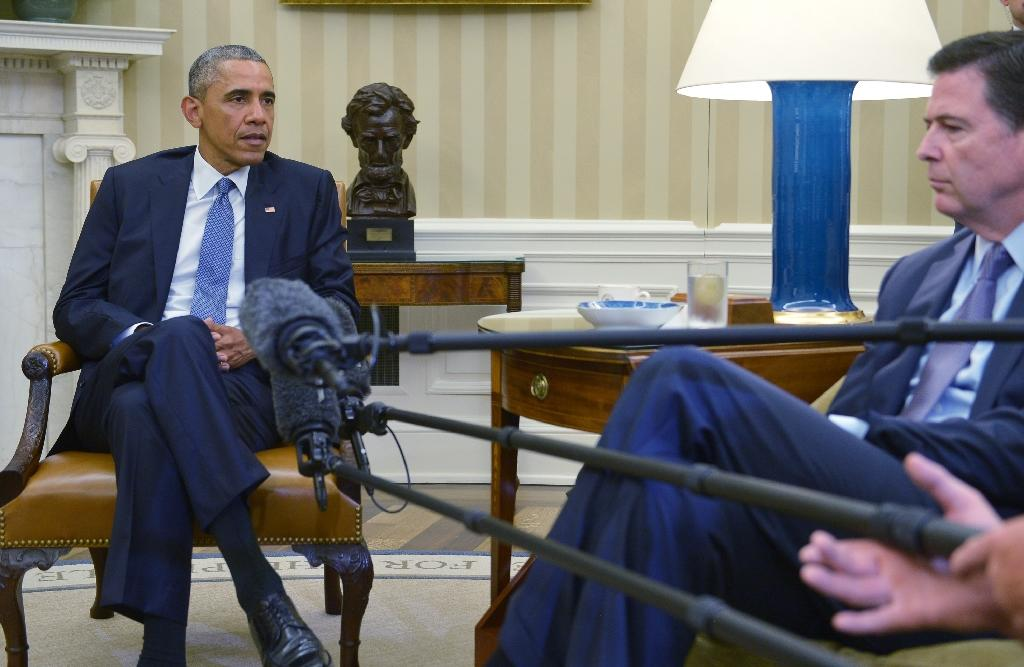 US President Barack Obama (C) speaks during a meeting with FBI Director James Comey in the Oval Office of the White House in Washington, DC, on July 16, 2015, on the shooting in Chattanooga, Tennessee (AFP Photo/Mandel Ngan)
