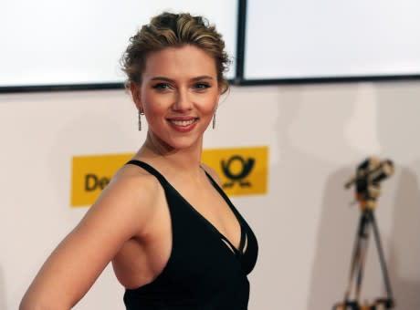 802cead138 Scarlett Johansson : elle dégaine le bikini flashy pour roucouler avec son  chéri !