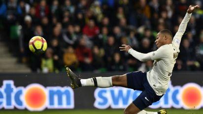 Ligue 1: Mbappé, infatigable, porte le Paris SG à Saint-Etienne 1-0