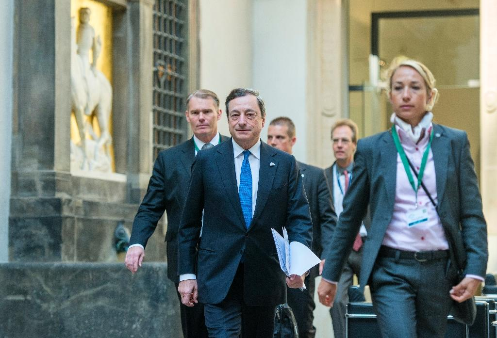 President of the European Central Bank (ECB), Mario Draghi (2nd L), arrives for a symposium during the G7 summit of finance ministers in Dresden, eastern Germany, on May 28, 2015 (AFP Photo/Robert Michael)