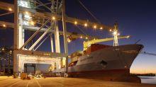 Containerschiff mit Migranten wartet auf Hafeneinfahrt