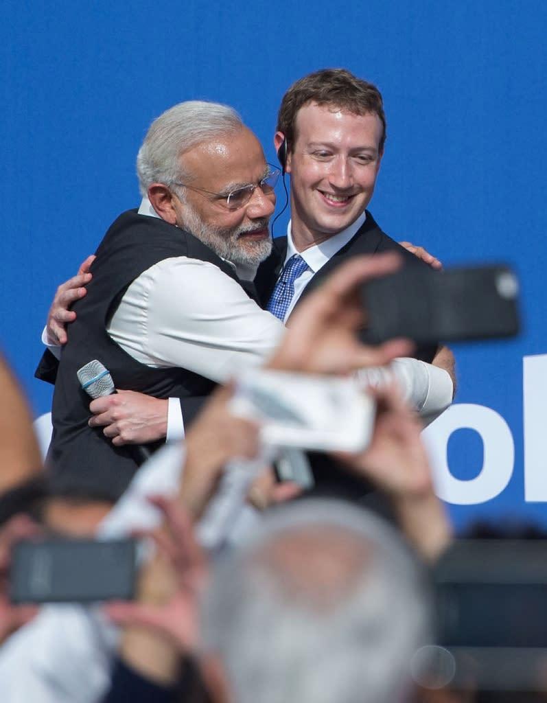 Indian Prime Minister Narendra Modi (L) hugs Facebook CEO Mark Zuckerberg after a meeting in California on September 27, 2015 (AFP Photo/Susana Bates)