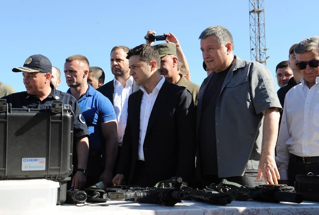 Ukrainian President Volodymyr Zelensky and Minister of Internal Affairs of Ukraine Arsen Avakov (2nd R) inspected equipment and armaments in the port city of Mariupol (AFP Photo/Evgeniya MAKSYMOVA)
