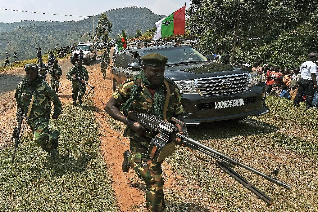 Servicemen guard the Burundian president's convoy while he attends a ruling CNDD-FDD (National Council for the Defense of Democracy–Forces for the Defense of Democracy) party rally in Cibitoke province on July 17, 2015 (AFP Photo/Carl De Souza)