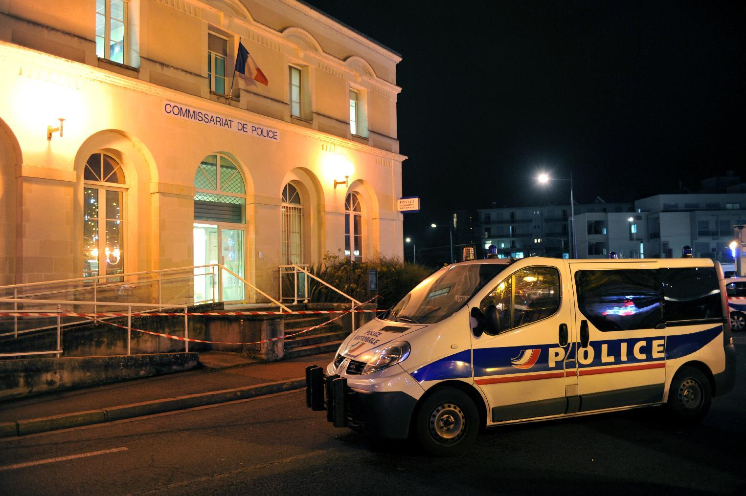 A police car is parked outside the police station of Joue les-Tours on December 20, 2014 where French police shot dead a man who attacked them with a knife (AFP Photo/Guillaume Souvant)