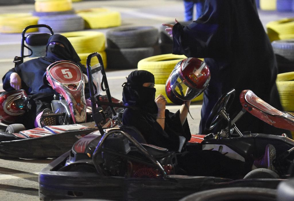 Saudi women attend an electronic driving simulator during a go-cart driving workshop for women in the capital Riyadh (AFP Photo/FAYEZ NURELDINE)