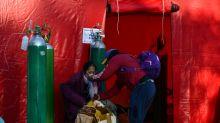 Exército peruano distribui oxigênio medicinal, em falta pela pandemia