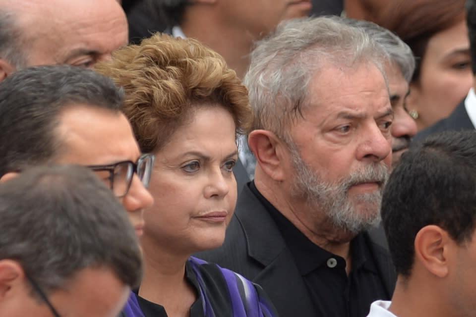 Brazilian President Dilma Rousseff (C) and Brazilian former President (2003-2011) Luiz Inacio Lula da Silva (R) attend a religious ceremony for the late Brazilian socialist presidential candidate Eduardo Campos, in Recife, on August 17, 2014 (AFP Photo/Nelson Almeida)