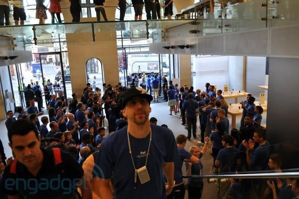 iPhone 4 launch day line watch (update: Woz in action)