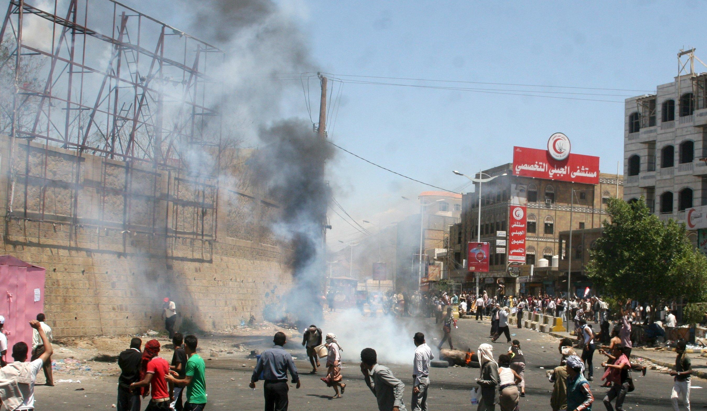 Anti-Houthi protesters demonstrate in Yemen's southwestern city of Taiz March 22, 2015. Houthi fighters opposed to Yemen's president took over the central city of Taiz in an escalation of a power struggle diplomats say risks drawing in neighboring oil giant Saudi Arabia and its main regional rival Iran. Residents of Taiz, on a main road from the capital Sanaa to the country's second city of Aden, said that Houthi militias took over the city's military airport without a struggle from local authorities late on Saturday. REUTERS/Anees Mahyoub