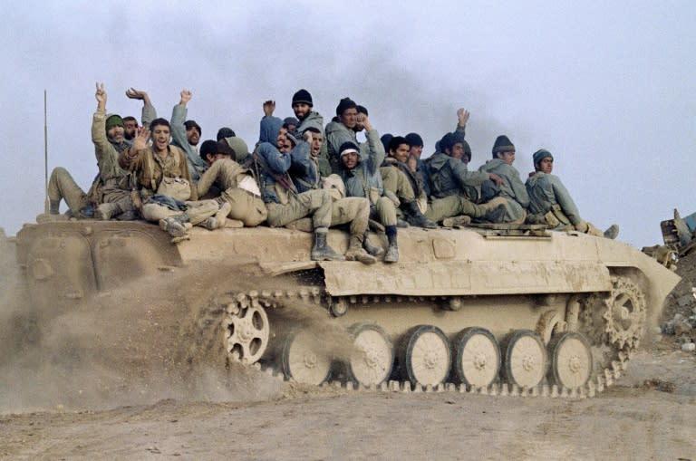 战争期间,伊朗向一系列伊拉克反对派团体提供了避风港,包括提供军事支持。这张摄于1987年1月23日的照片显示,伊朗军队庆祝胜利