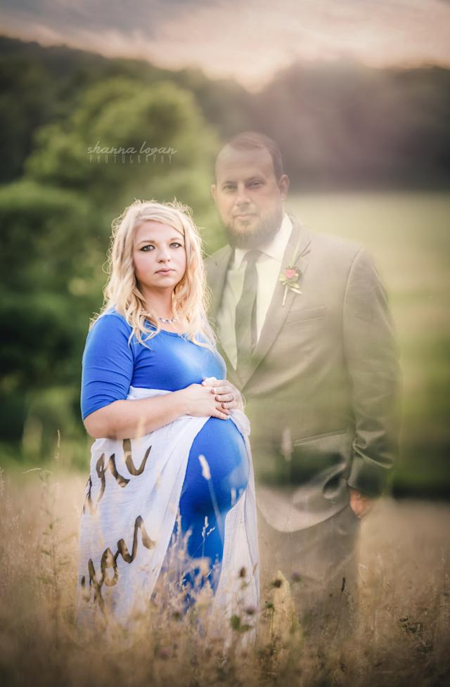 After Jesse's death, Amanda decided to include him in the maternity photos through Photoshop.